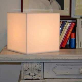 Lampada plexiglass opal cubo diffonde la luce in modo uniforme, sur mesure. Tutta bianca puoi metterla su un mobile o appoggiarla à terra.