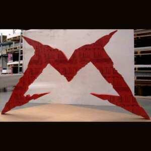 Lettre géante PVC pour stand réalisée 2 fois en 2 matériaux, à la fois en PVC rouge massif et en polystyrène puis peint en rouge,
