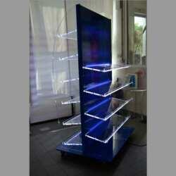 Magnifique Présentoir double plexiglas à LED qui éclairent tout le pourtour de chaque étagère, 4 d'un côté e 6 de l'autre. Pourvu de roues pour le déplacer