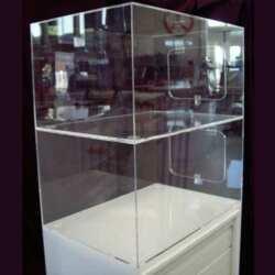 Vue de prés de la Vitrine plexiglas montée sur meuble à rideau pour compléter un meuble bas. Avec la luminosité du plexiglas le meuble a complètement changé