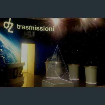 Piramide plexiglass illuminata led stand dz trasmissioni 1