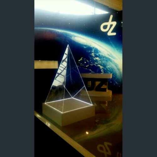 Belle pyramide plexiglas illuminée a LED stand éclairée à la base, parfaite pour le thème cosmique choisi. Une porte et c'est un présentoir!
