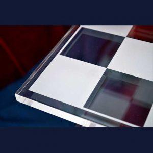 detail Échiquier Star Trek en plexiglas façonné à la découpe laser, il a une base centrale ronde une double tige courbée et 7 plans à damiers