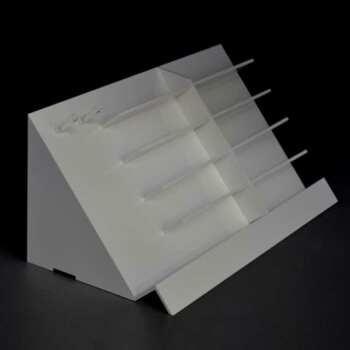 Présentoir plexiglas incliné porte-lunettes de lecture en libre service. avec 2 tiges porte cordons en plexiglas transparent sur le coté