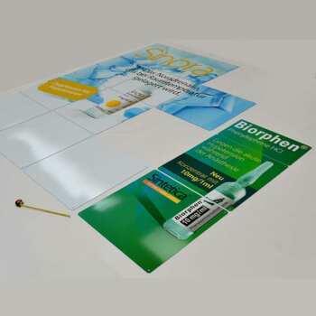 Impression sur plexiglas opale pour un stand d'exposition. Ce sont 4 panneaux imprimés, préparés pour l'assemblage pour la paroi principale