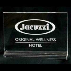 Plaque plexiglas prix aux revendeurs de la Jacuzzi est distribuée par le brand, logo et texte avec marquage laser sur retro, devant brillant