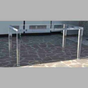Table plexiglas massif transparent pieds fuselés de grandes dimensions et épaisseur. Lourde (beaucoup de matériel). Mais elle est bellissime!