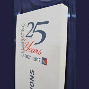 Totem PVC et impression anniversaire de société, PVC Light 20 mm, bordé, socle en plexiglas noir. Porte-clés 25 ans assorti en plexiglas