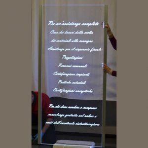 Raffinato cartello plexiglass incisione illuminazione a LED in trasparente 10 mm, con una bella scritta in corsivo interamente incisa