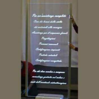 Raffiné ce panneau plexiglas gravure illuminée a LED en transparent de 10 mm, avec joli caractère italique pour la gravure. Eclairage LED des 2 côtés du panneau.