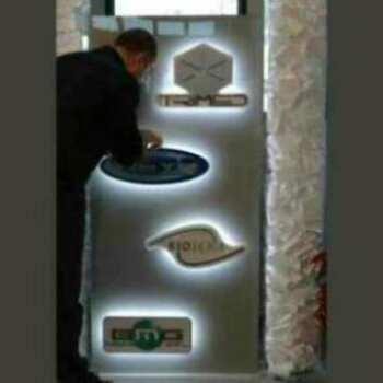 Panneau lumineux plexiglas pour 4 logos, matériel bi-satiné de 10 mm pour 4 logos de sociétés. Esthétique grâce à l'éclairage a LED et la position discontinue des logos.