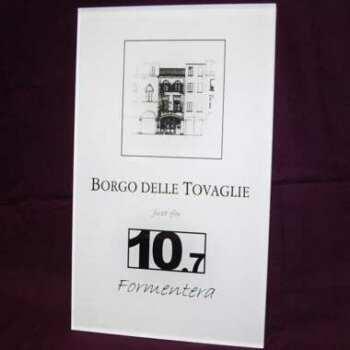 Plaque enseigne plexiglas gravé noir qui porte marque et numéro de rue, bi-satiné découpe et marquage laser, remplissage de couleur noire