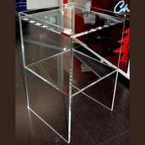 Belle table de chevet haute en plexiglas transparent en 10 mm et H 70 cm. Elle rappelle les modèles des tables de nuit en bois d'autrefois.