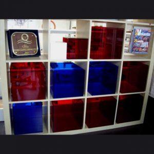 Cubes plexiglas complément meuble Ikea. Couleurs trés vives translucides, reflets lumineux. Du meuble basique et anonyme en meuble design!!