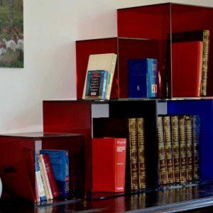 Cubes plexiglas rouge composition modulaire, ils s'empilent les uns sur les autres, car ils supportent le poids des livres et des objets
