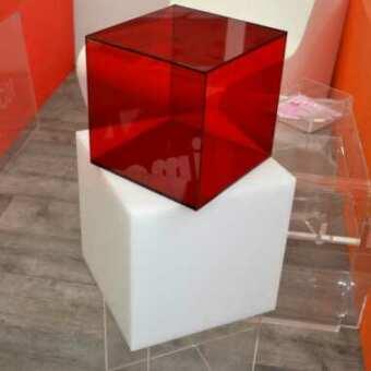 Cube présentoirs en plexiglas rouge et opale à cinq côtés, polyvalents, pour meubler, les présentoirs et dans les vitrines. Indispensables!