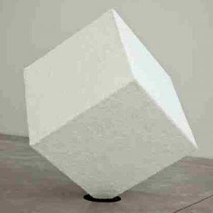 Trés beau cube artistique plexiglas Gallerie d'art recouvert de matériel par l'artiste, en transparent 6 côtés, donc entièrement fermé.