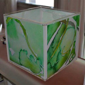 Cubo plexiglass illuminato a tasche, lampada dell'artista Sandra Senni. I 4 acquarelli sono creati a secondo della misura della tua lampada.