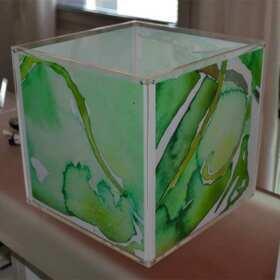 Lampe cube plexiglas avec poches,,décoration de l'artiste Sandra Senni. L'artiste crée les aquarelles en fonction de la taille de votre lampe