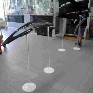Espositori piedistallo plexiglass fini e slanciati, indipendenti, solidi, quasi invisibili per lasciare una massima visibilità al parabrezza