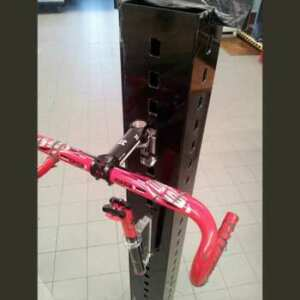 Présentoir colonne aluminium composite pour guidon de vélo composé d'une tour en aluminium ensuite fixée sur un socle en plexiglas massif