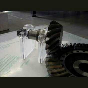 Présentoir plexiglas massif bloque-roues dentées simple en 20 mm, le produit trés lourd est fixé sur le plexiglas transparent par 2 bracelets