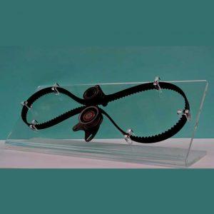 """Minimaliste présentoir plexiglas courroies industrie, le """"L"""" transparent maintient surélevé et permet une parfaite visibilité des détails"""