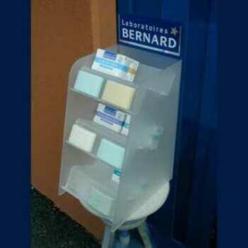 Présentoir plexiglas satiné Pharmacie d'épaisseur 5 mm. Étagères à escaliers légèrement inclinées pour stabilité des produits. Logo imprimé