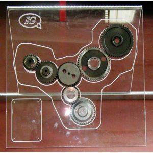 Espositore plexiglass illuminato a led.E fatta unaincisione per contornare il gruppo di ingranaggi per il percorso dell'illuminazione a LED