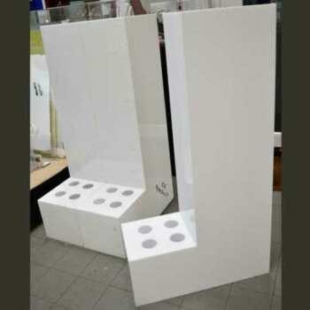 Présentoir distributeur plexiglas opale constitué de 3 modules identiques. Les rouleaux sont exposés bloqués dans leur cavités verticalement