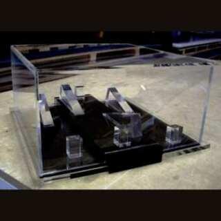 Bellissimo Espositore in plexiglass con serratura per oggetti preziosi di Furla, posizionati sulla base nera e il coperchio è a scatola