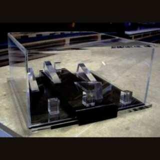 Coffret présentoir sécurisé en plexiglas avec verrou pour objets précieux di Furla. Les montres sont posées sur la base en plexiglas noir