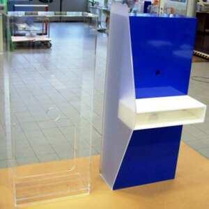 Poste de travail Plexiglas bleu blanc pour tablette I PAD trés travaillé, prêt à l'emploi, compris de passe câbles et des correspondances.