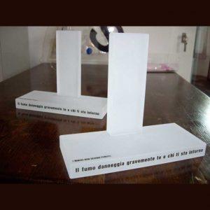 Présentoir plexiglas satiné pvc adhésif simple d'abord réalisé en transparent. Il passe ensuite dans une sableuse et devient plexiglas satiné