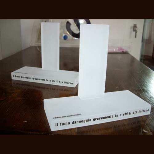 espositore plexiglass sabbiato con adesivo prespaziato