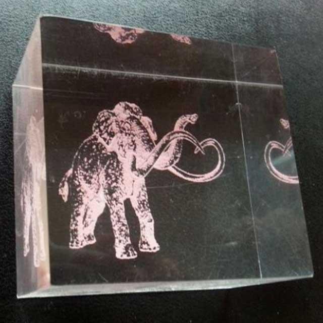 fermacarta plexiglass con incisione colorata