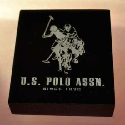Presse-papiers plexiglas noir gravé U.S.Polo. Les presse-papiers durent éternellement et sont excellents pour véhiculer votre publicité
