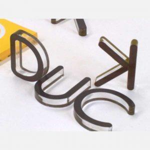 Enseigne lettres de plexiglas sur plexiglas pour obtenir un relief