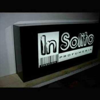 Insegna scatolata plexiglass rettangolare luminosa per esterno, o chiamata a cassonetto, in nero lucido decorata in PVC adesivo bianco lucido