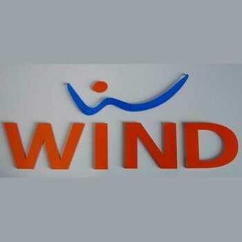Ces lettres plexiglass massif e pvc adhésif de Wind sont faites avec des lettres transparentes épaisses et application de PVC adhésif
