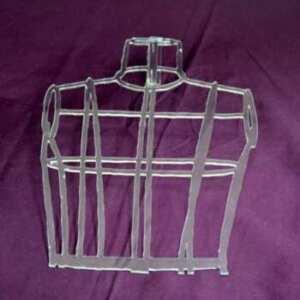 Plexiglas transparent découpé à mannequin fait partie avec des cubes d'un décor pour meubler la vitrine d'une boutique de mercerie....