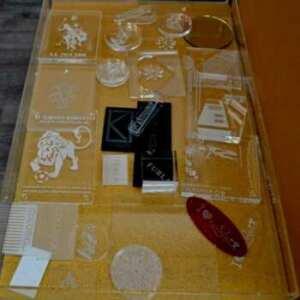 Boite présentoir plexiglas gadgets avec blocs de fermeture. Ouverte elle se transforme en 2 plateaux indépendants de 6 cm de profondeur
