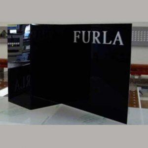 Panneau couverture colonne plexiglas façonné de la marque Furla noir brillant. La plaque est découpée au laser puis collée. Marchio applicato