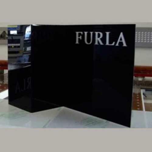 plexiglass sagomato copri colonna con marchio furla