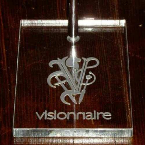 Espositore per borse in plexiglass di Visionnaire, logo inciso sul retro. La base è un pesante piedistallo porta borse ad asta telescopica