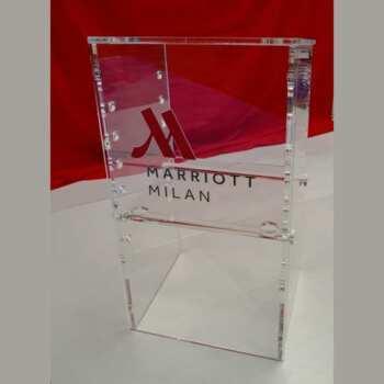 Trés beau pupitre de conférence Hotel Marriot de Milan tout en plexiglas transparent application logo en plexi rouge e gravure des lettres