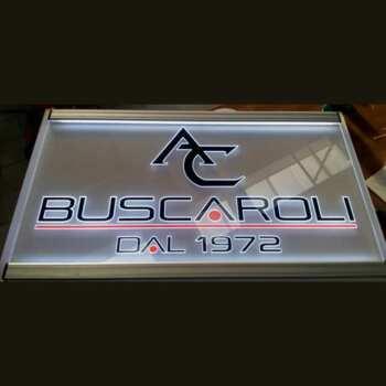 Targa luminosa plexiglass incisione logo e lettere, poi decorati con PVC adesivo colorato che insieme all'illuminazione la mettono in risalto