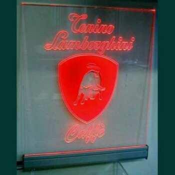 Plaque plexiglas lumineuse Lamborghini en transparent gravé. Le lettrage gravé et la rayure sont rouges quand la barre LED rouge est allumée!