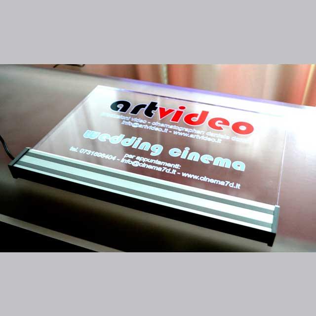 targa plexiglass luminosa incisa prespaziato colorato