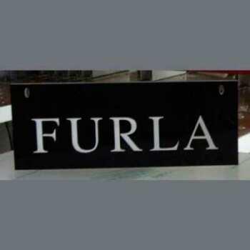 Plaque en plexiglas noir avec lettres blanches Furla a réalisé des plaques et des lettres en 10 mm. Le résultat est un écrit en relief de fort contraste